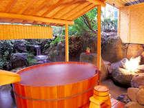 佐渡の盥舟を再現した貸切露天風呂です。