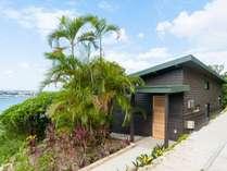自然に抱かれるように建つ、シンプルで贅沢なヴィラ。沖縄を楽しむパーフェクトなロケーション。
