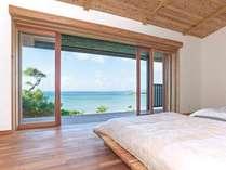 窓を開けると幾層にも広がるコバルトブルーの海。ここは沖縄の良いとこが凝縮された秘密の場所
