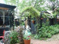 季節の花が咲き乱れるオープンガーデン