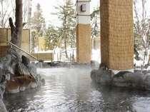 辺りは一面雪景色が広がる「森の湯屋」