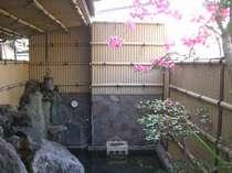 お花のきれいな小さい露天風呂