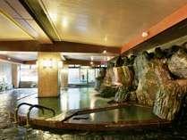 男性用大浴場  「鶏頂の湯」側壁や床に天然石を使用した岩風呂大浴場。