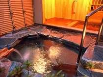 貸切露天風呂の「岩風呂」は温泉を引いた内風呂と露天風呂の浴槽