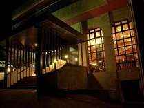 夜のホテル外観