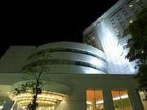 夜空バックに見上げたホテル外観