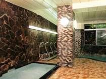 *大浴場。多量のマイナスイオンの作用によって、血行を活発にし、体を芯から温めます。