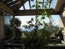 天窓から陽光が差し込む展望岩風呂
