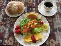 野菜とフルーツ盛りだくさんの朝食。お飲み物はコーヒーか紅茶になります。