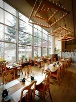 季節を感じる広々とした空間のレストラン