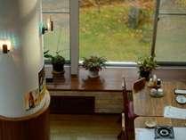 【レストラン】大きな窓から自然豊かな景色を愉しみながらのお食事を。