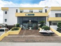 【外観】菰隠温泉ホテル三洋倶楽部にようこそ。美しいオーシャンビューを楽しめる岩城島のホテルです