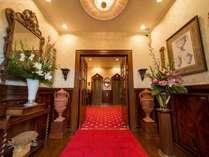 【エントランス】ホテルに一歩足を踏み入れるとそこには英国風のクラシックな世界が広がります