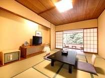 和室10畳(広縁付)畳で落ち着いたお部屋となります。夜はお布団をご用意させて頂きます。