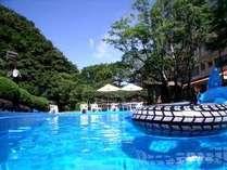 須雲川を望む絶景の屋外プール