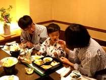 ご家族お食事風景(お食事処山里)