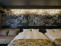 全室異なるコンセプトで造られた一枚絵の壁紙。お部屋によって雰囲気ががらりと変わります。