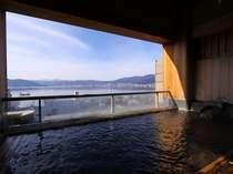 澄んだ空気に広がる諏訪湖と山々の景色。冬の露天風呂