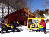 ロッヂまではお子様大好評の専用雪上車でお出迎え。
