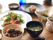 《ある日の朝食》酵素玄米やスムージーなど、朝も体に優しいビーガン朝食が並びます
