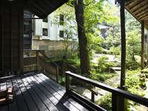 【お庭】天保蔵すぐ脇の静かなお庭。レトロな建物を引きたてる、美しい緑が印象的。