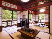 【孔雀の間】_伝統ある紅がらの客室は、風情と歴史溢れる空間
