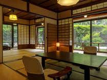 伝統の客室【梅の間】北前船の海商「木屋藤右衛門」の邸宅を移築した1階のお部屋でお庭をお楽しみ頂けます