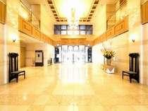 ホテルロビー:静寂の中に心地良さが流れています。寛ぎと安らぎの空間へ皆様をお迎えいたします。