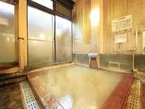 ヒノキ風呂。天然の檜とにごり湯のマッチングが最高です。