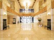 ホテルロビー:静寂の中に心地よさが流れています。寛ぎと安らぎの空間へ皆様をお迎えいたします。