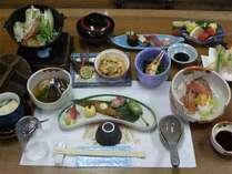 ●会席●前菜3種/お造り/煮物/小鍋または陶板焼/茶碗蒸し/天麩羅/デザート など。レストランでどうぞ。