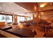 夕食・朝食会場の「はまなす」です。大きな窓からは駒ヶ岳を望むことができます。