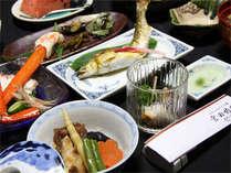 富山県らしい、魚をメインとしたお食事をご用意致します。昔ながらの優しい味付けに心も和みます。