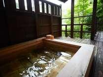 全客室には、陶器、またはヒノキの露天風呂が付いております。