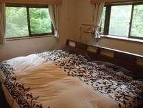 寝室(高妻)セミダブルのベッドが2台です。