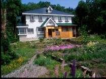 小さな宿ですが真正面に白馬岳が見え、庭にはお花が咲き、野鳥の声。