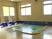 大浴場(男湯)左右に洗い場があり、ゆとりを感じる大浴場です。