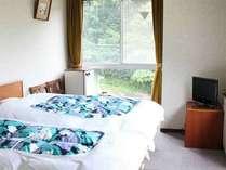 【洋室ツイン】自慢できる設備はございませんが、ふっくらした布団のベッドでお休みください。