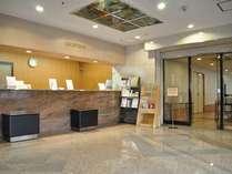 ホテルフロント。スタッフは24時間常駐、いつでもお客様をお世話できる体制を整えております。
