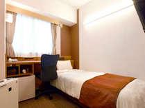 【シングル】ベッドにはベッドスローも設置。シモンズ製のベッドでぐっすりお休みください。