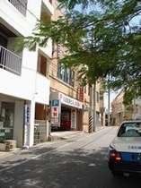 """開南中央通り沿い、松尾公園向かいの駐車場のある建物の2階が""""美ら海"""""""