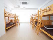 男女混合ドミトリーは大部屋になるほど明るく開放的!写真は最上階の10人部屋