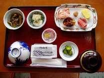 朝食一例・小鉢2つ・納豆・のり・味噌汁・焼き魚・卵焼き他 しっかりお召し上がり下さい