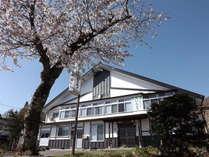 平成27年10月に外装をリニューアル。屋根を葺き替え、外壁も落ち着いた和風の色調にしました。