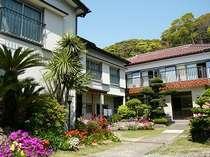 弓ヶ浜ビーチへ徒歩3分、駐車場も宿前に広々。ゆったり寛げる温泉民宿です。