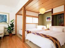 ツインベッドの寝室とリビングルームです