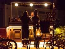 突然現れるRuGuのアウトドアバー。その横には焚火を囲んでワイン片手に過ごすシーティングエリア。