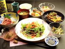 【夕食の一例】『かあちゃん』の日替わり島料理とお酒で楽しい夕食のひとときをお過ごしください。