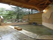 男子露店風呂。檜の香りが心地よい露天風呂♪自然満喫で爽やか気分!