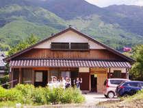 岡山県最高峰「後山」ののどかな山里にある民家を1棟まるまる貸し切れる、1日1組限定の宿です。